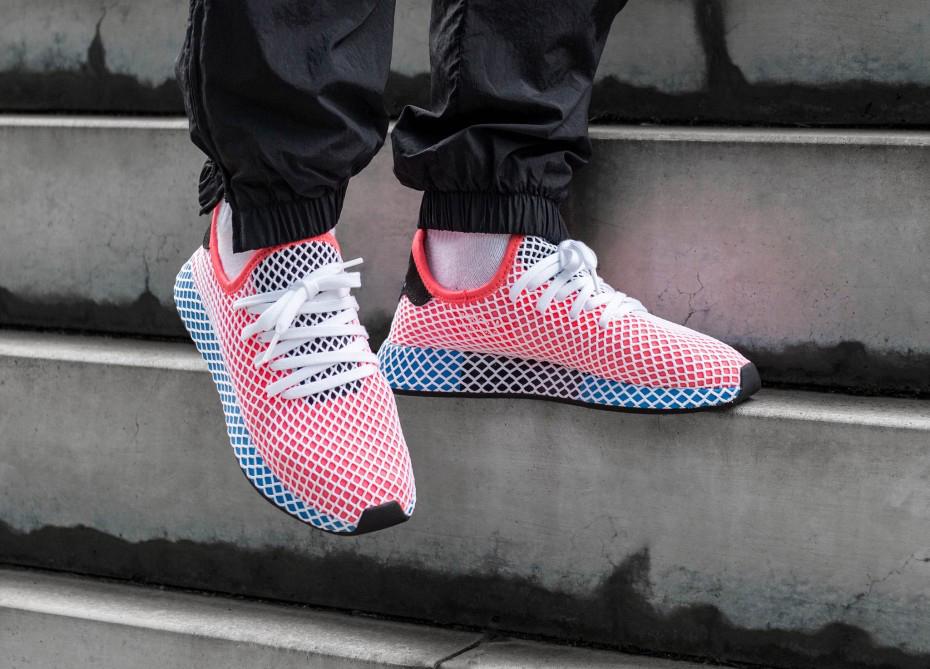 Sneake de Adidas en un escalón