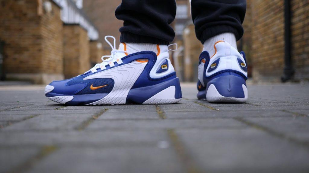 Nike Zoom 2K modelo azul puestas en hombre