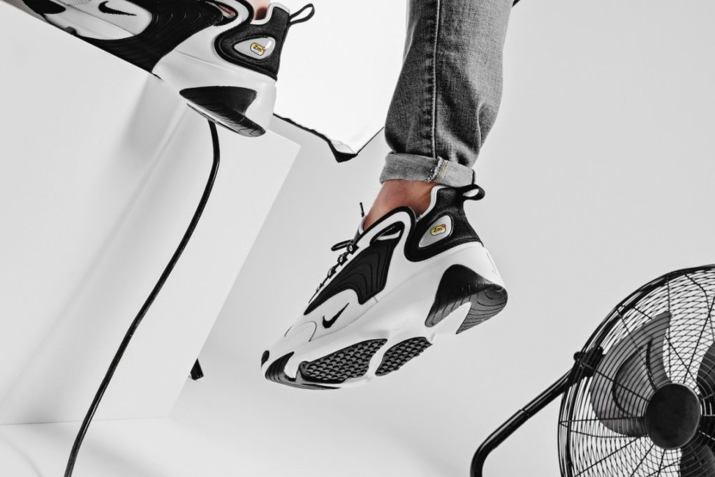 Nike Zoom 2K negras puestas en hombre